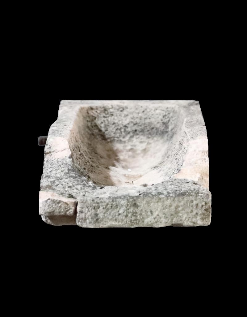 Trogfragment im Kalkstein