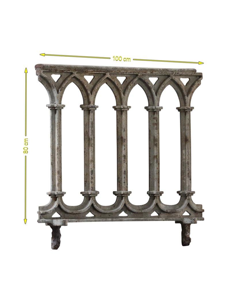 Gusseisenbalkon im gotischen Stil