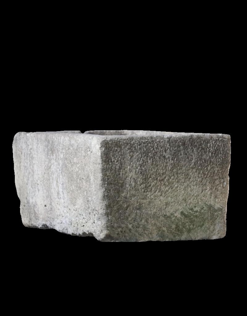 Wasserbassin aus hartem Kalkstein