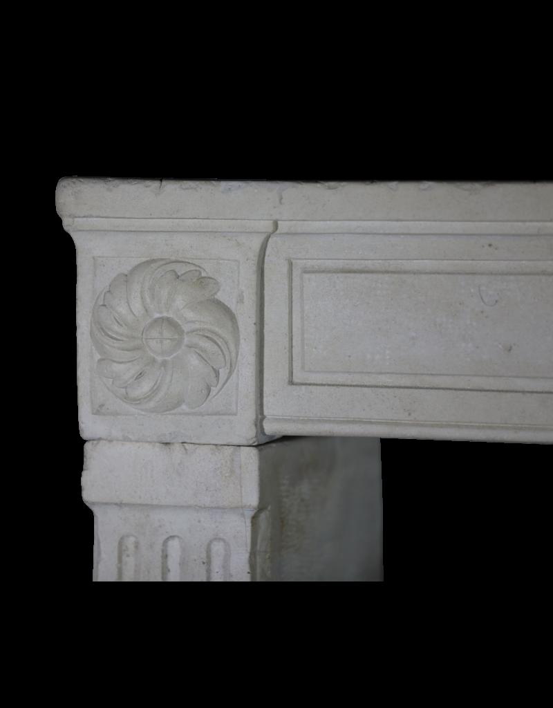 Klassischer französischer Kamin aus weißem Kalkstein