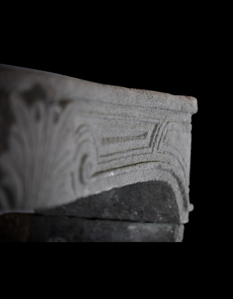 Maison Leon Van den Bogaert Antique Fireplaces & Vintage Architectural Elements Elegante chimenea rústica francesa en piedra de lava