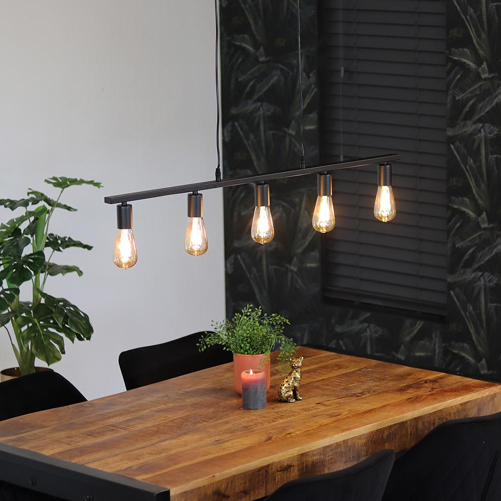industriele hanglamp met 4 fittingen boven de eettafel