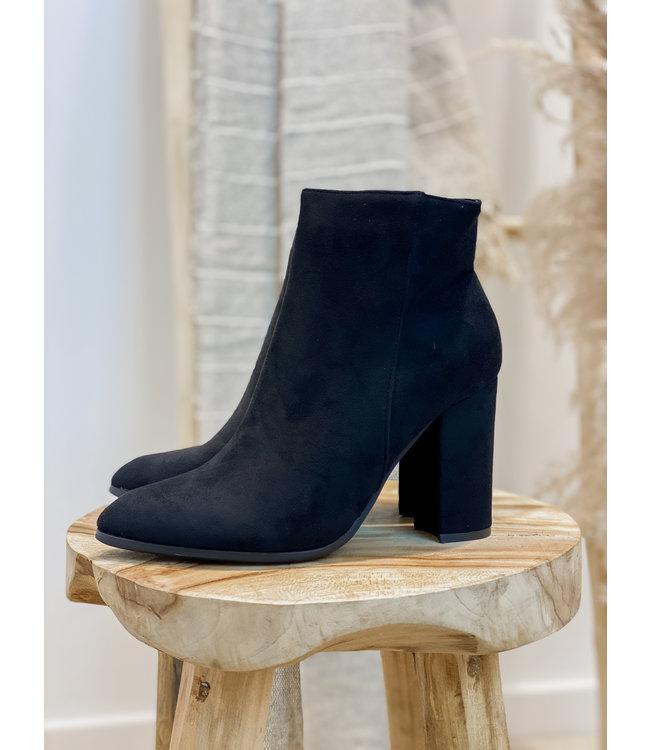 Black suéde ankle boots
