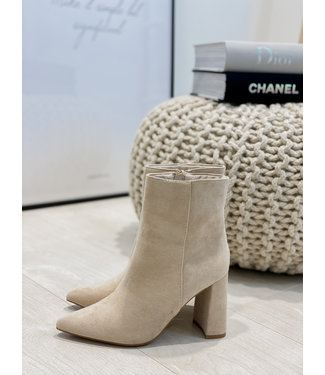 Suede boots nude