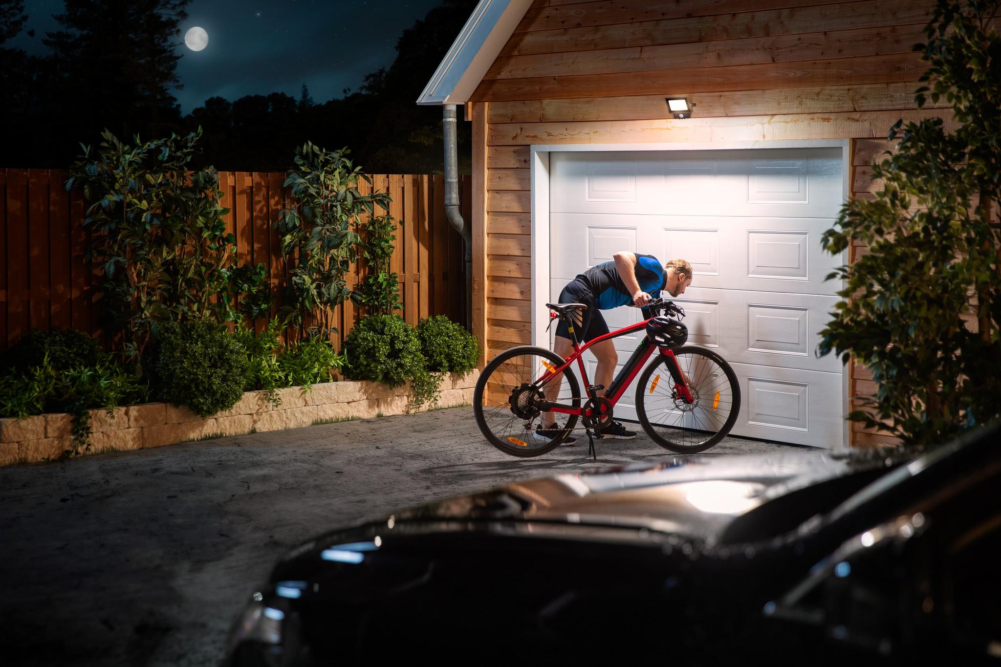 Voorkom inbraak met een goed verlichte tuin of oprit.  Bekijk de collectie Philips LED floodlights.