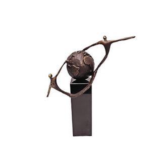 """MA00727  Sculptuur als wereldbol """"Elkaar helpen"""" - Copy"""