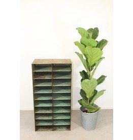 IJzeren groene schappenkastje