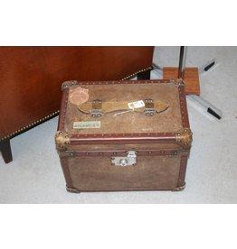 Engelse Leren Koffer Kist met diverse stikkers erop