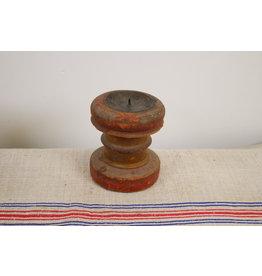 Oude houten rode kaarsenhouder
