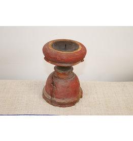 Oude houten rode kaarsenhouder rond
