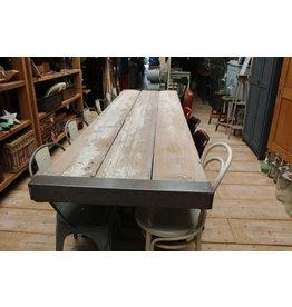 Eettafel robuust met metalen onderstel