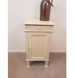 Nachtkastje in de kleur van  Old Ochre Annie Sloan Chalkpaint
