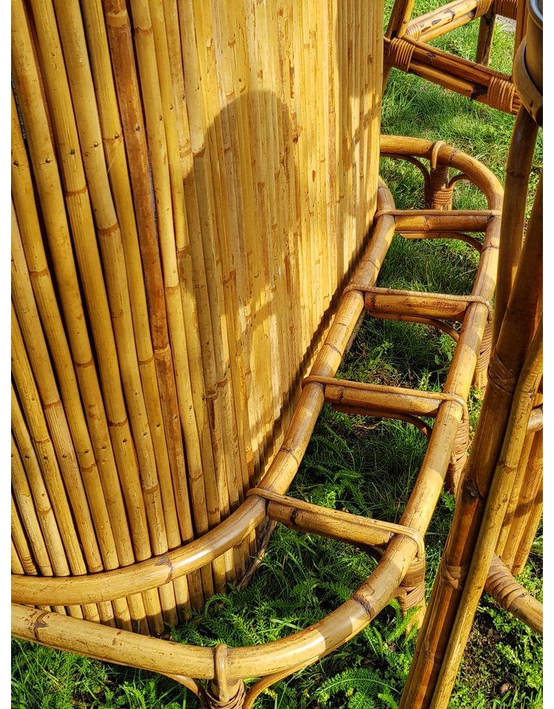 Bamboe tiki bar met 3 barstoelen.