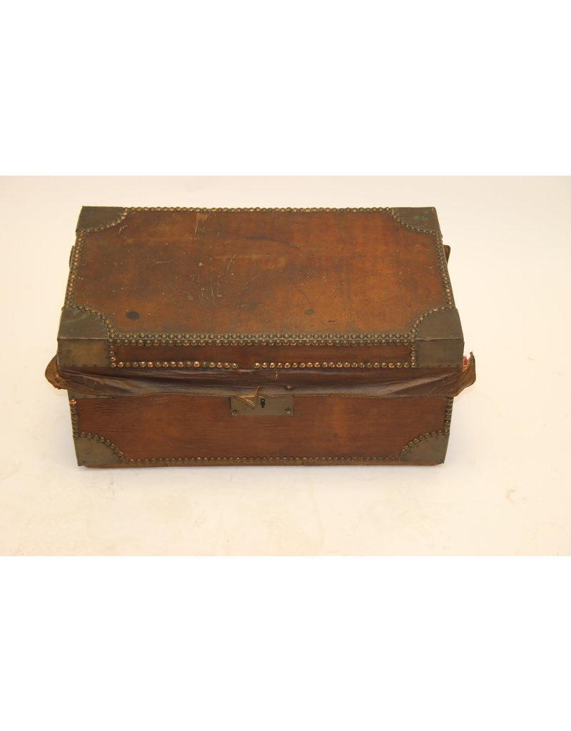 Franse Bruine Leren koffer met koperen hoeken en sleutel
