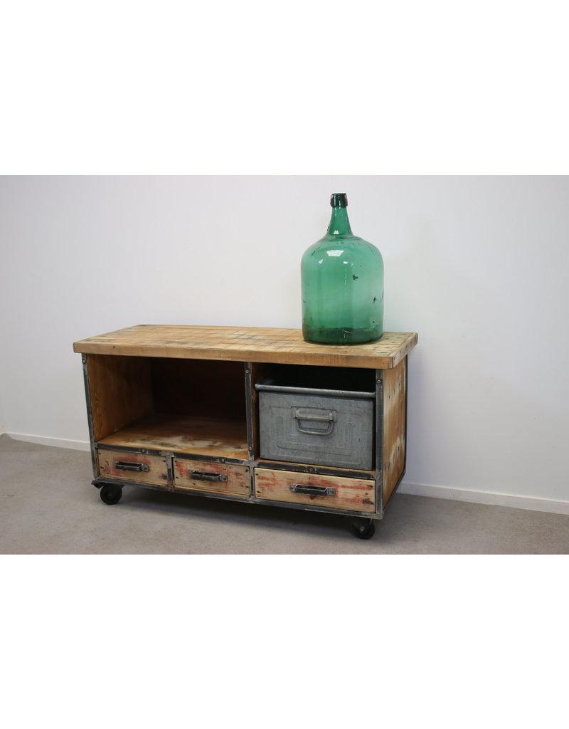 Industrieel TV meubel op wielen op maat gemaakt en naar uw wens