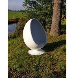 Egg cocoon chair relaxstoel bekleed met wit leer aan de binnen kant .