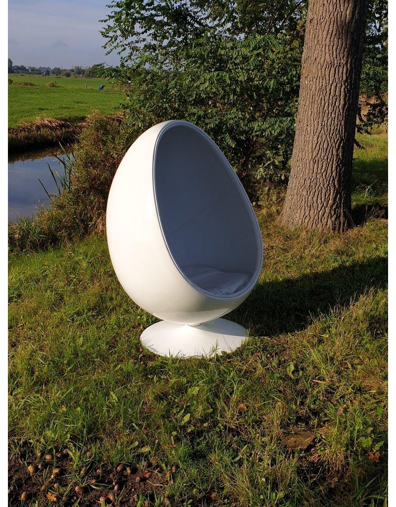 Egg cocoon chair relaxstoel bekleed met leer.