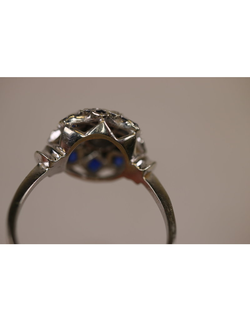 18 carat White gold ring with sapphire and diamond