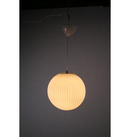 Scandinavische Hanglamp met witte Geribbelde ronden bol  lampenkap