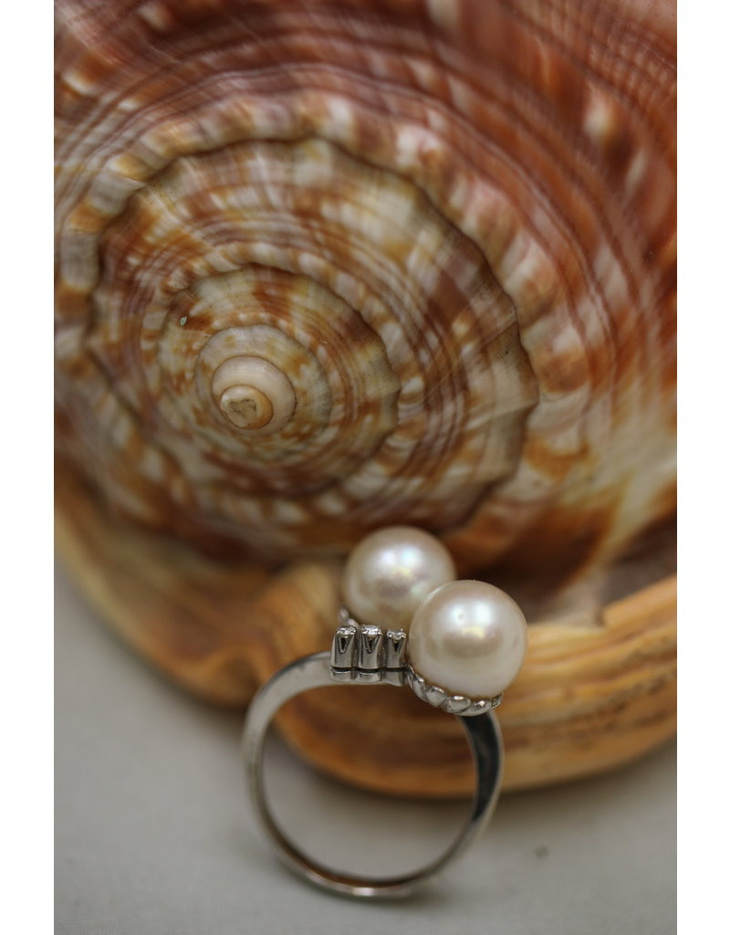 14 kt white gold ring with 2 pearls and 6 diamonds