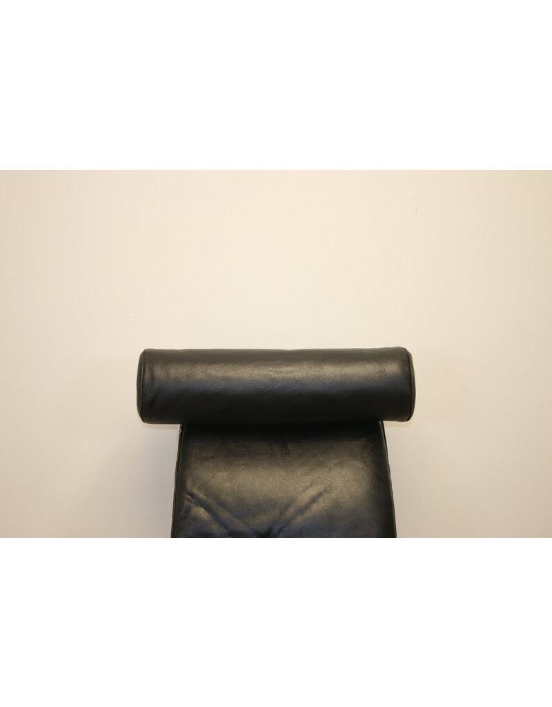 LC4 ligstoel Zwart leer van Charlotte Perriand 1928