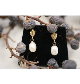 14 kt pearl earrings yellow gold