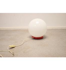 Grote Witte bol lamp op rode metalen voet 70 jaren