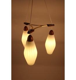 Deense Teakhouten hanglamp met geribbelde witte melk glazen kelken