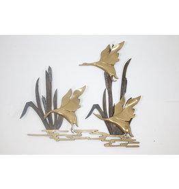Opvliegende eenden uit het riet gemaakt van koper