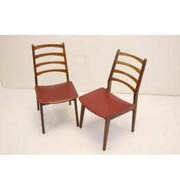 Eettafel stoelen met teak en skai rode zitting als set.