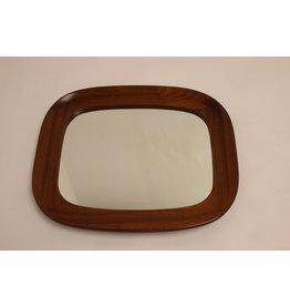Vintage spiegel met brede houten rand.