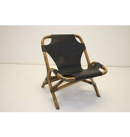 Rotan relax stoel met zwart leren zitting