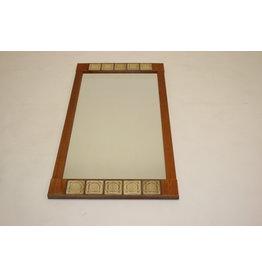 Grote langwerpige spiegel met tegeltjes en teak hout.