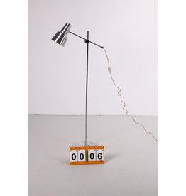 Aluminium hengellamp uit denemarken met verstelbare spot.