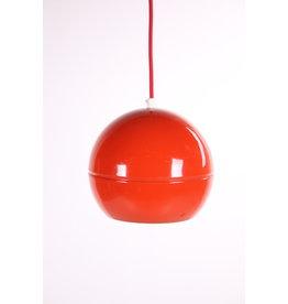 Vintage rode bolvormige hanglamp van metaal jaren 60