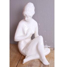 Wit Vrouwenbeeld gemaakt van keramiek rond 1960