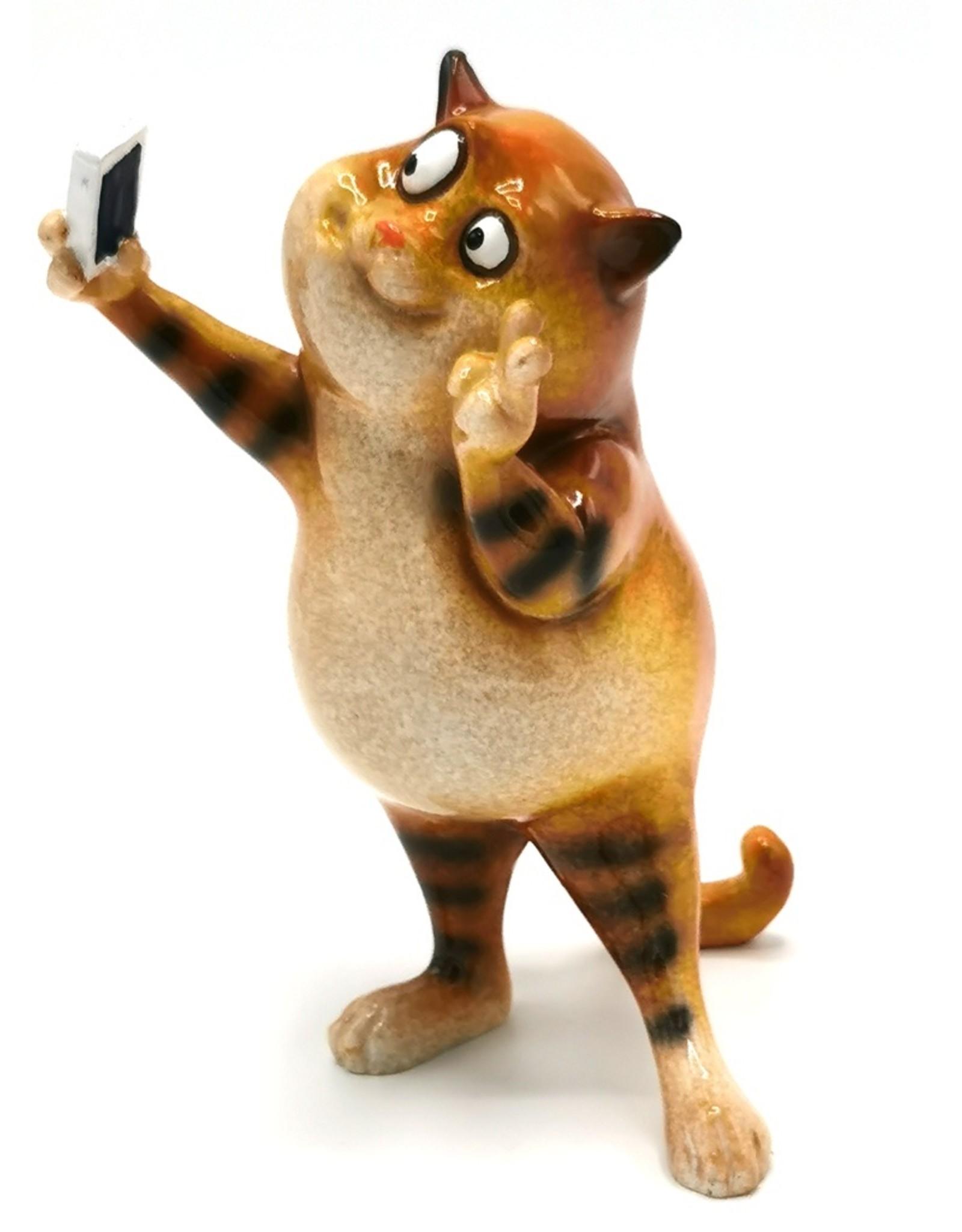 Kat Selfie beeldje Giftware, beelden, collectables - Kat maakt Selfie beeld - 15cm, polyresin