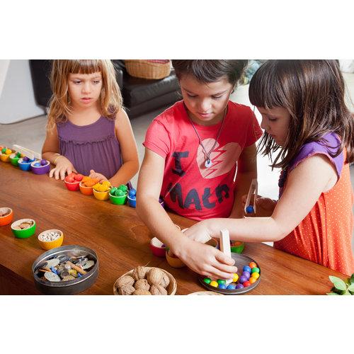 Grapat Grapat Set van 6 houten bakjes met eikeltjes en pincet