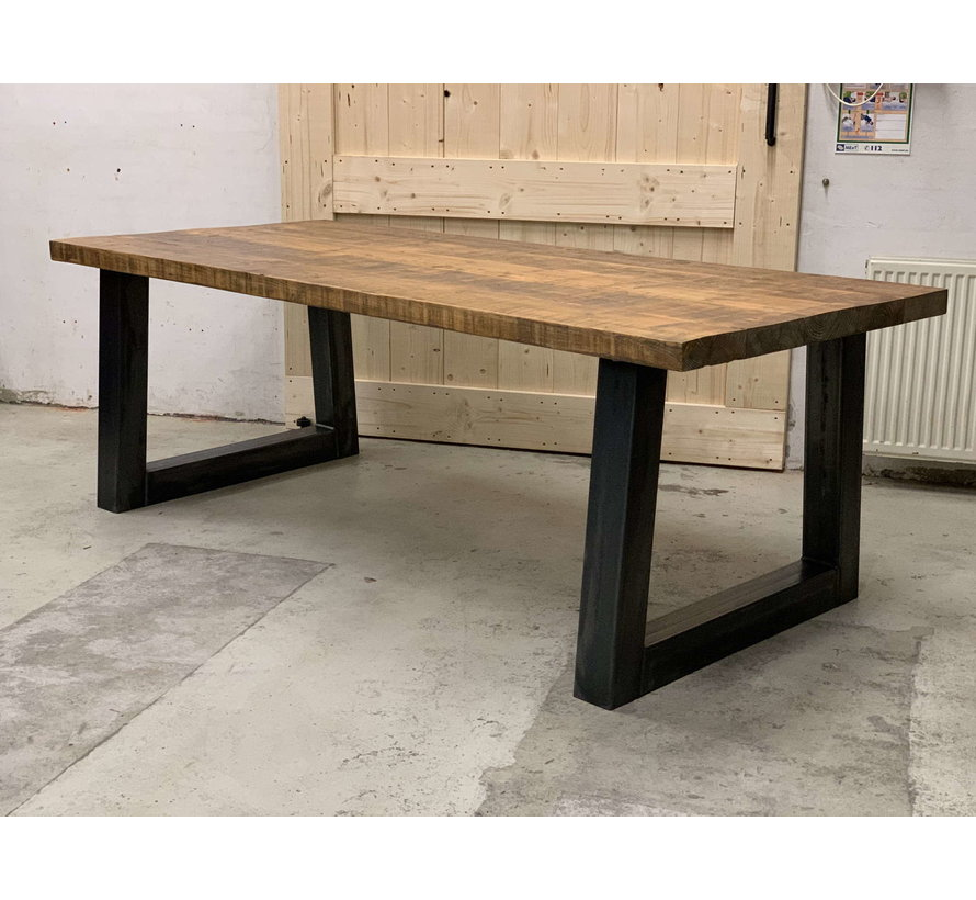 Eettafel rechthoekig oud hout met stalen onderstel, ervaar de sfeer!