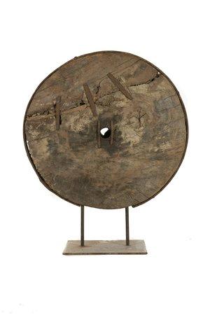 Oud houten wiel met metalen reparaties