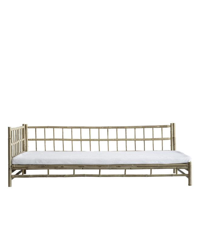 Bamboe lounge bed met witte matras, rechts