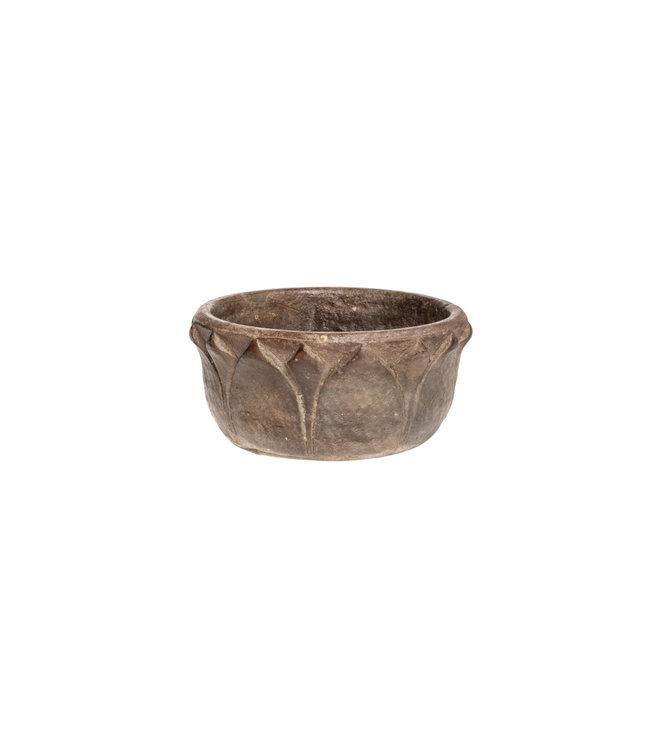 Stenen bowl met gegraveerde bladeren