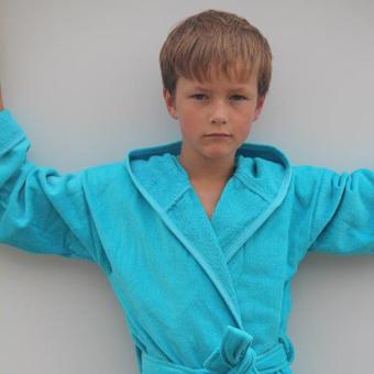 Jongen met badjas