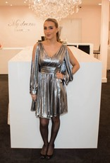 Zilveren jurk met open mouwen