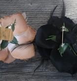 Licht bruine en zwarte corsage bloem