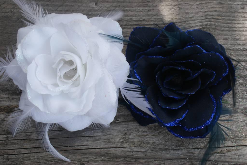 Blauwe en witte bloem corsage