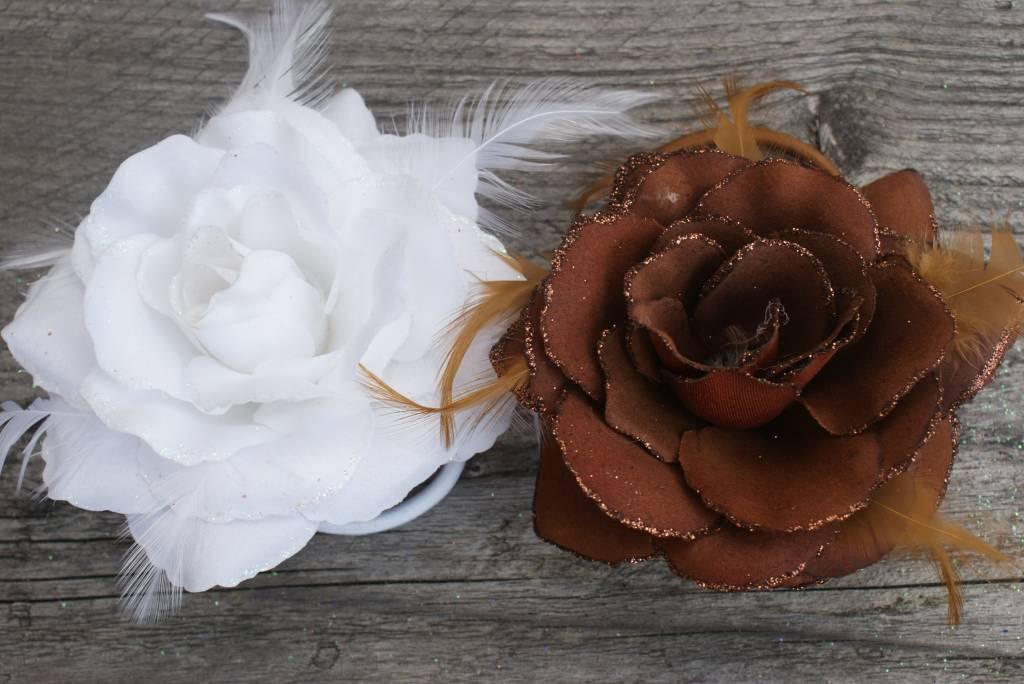 Witte en bruine corsage bloem