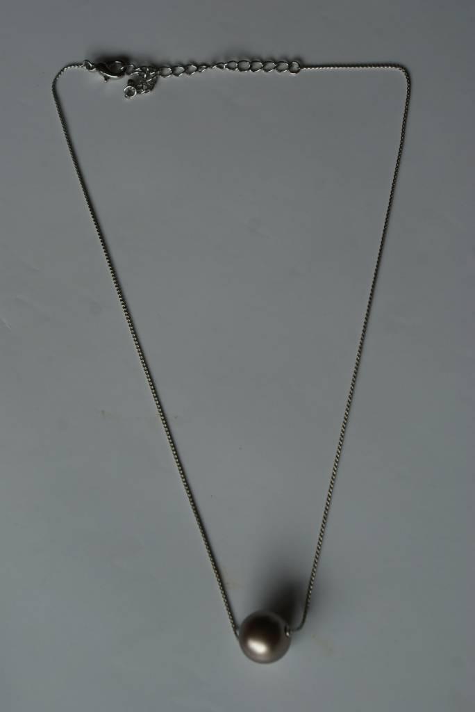 Fijn collier met licht bruin pareltje