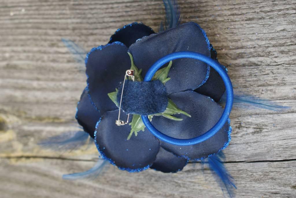 Donkerblauwe bloem corsage