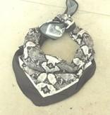 zwart witte bandana snake